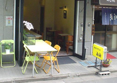 外に設置されたテーブル